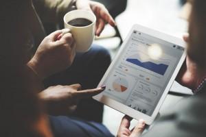statistiques sur tablette numérique et tasse de café